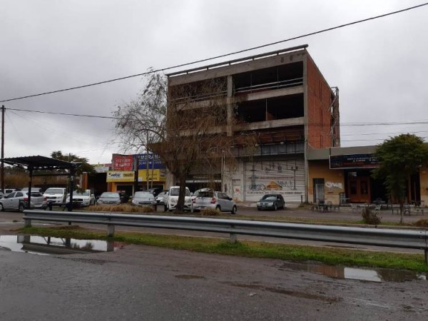 Amplio local - Excelente ubicación sobre Castex